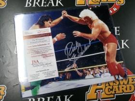 E002《答案卡世界》拍卖 美国传奇 WWE选手 RICKY STEAMBOAT 瑞奇·斯廷博特 JSA认证 签名 大照片!有证书,带大卡夹,大小对比见图3