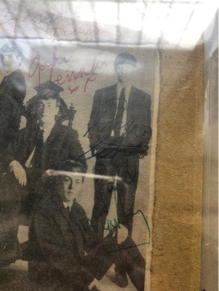 披头士4人签字 BGS认证,墨迹不错,很稀有 密封壳左上角有一点龟裂